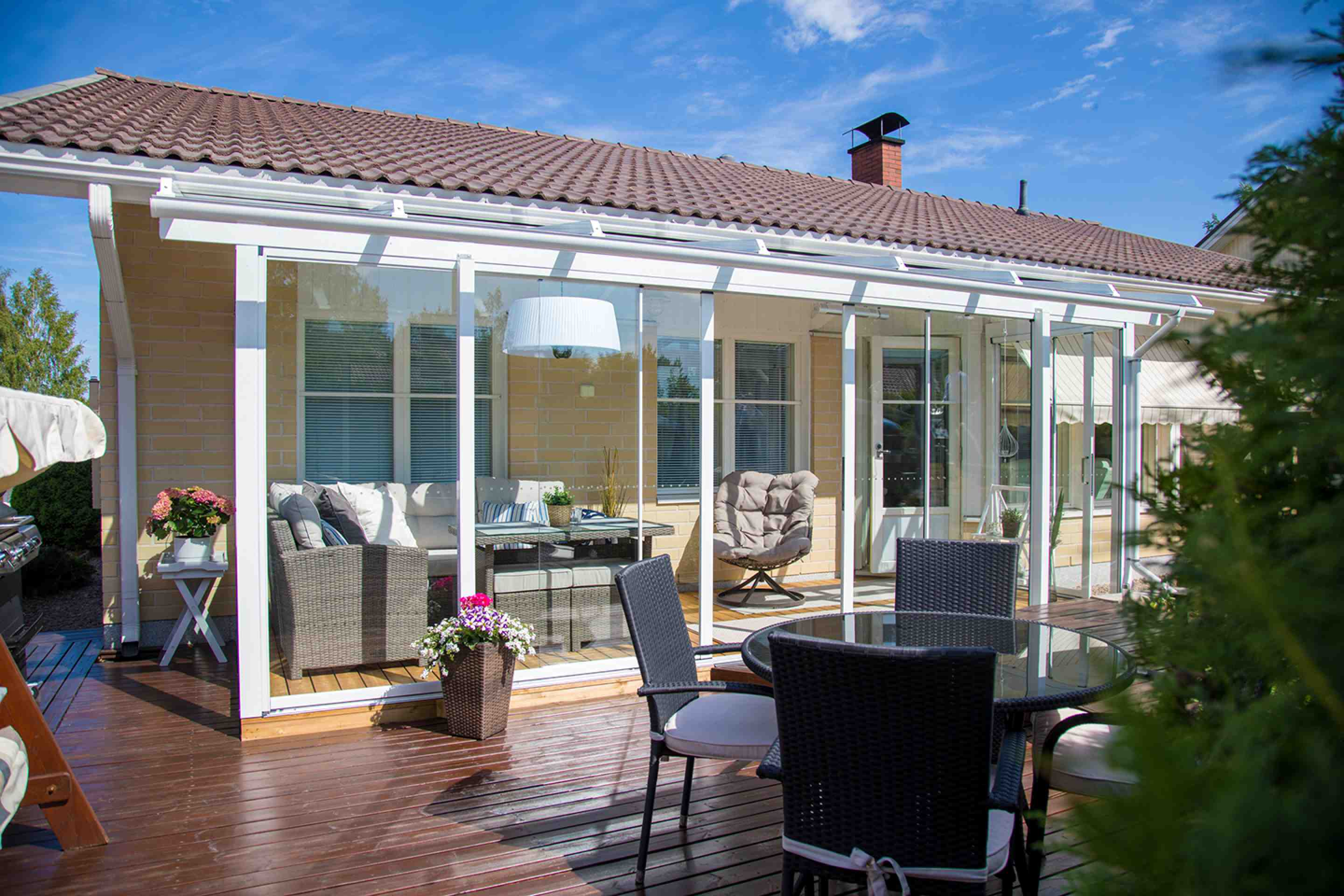 sunrooms, sunrooms in canada, sunrooms in toronto, sunrooms in hamilton, sunrooms in vancouver, frameless retractable glass sunrooms, lumon canada